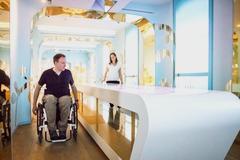 Bild zeigt Rollstuhlfahrer im Foyer der Leuchtenburg