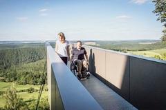 Bild zeigt Rollstuhlfahrer auf dem barrierefreien Zugang zur Leuchtenburg