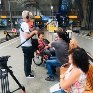 Bild zeigt ein Kamerateam mit dem ARD-Team und dem LSKS-ÖPNV-Team bei einem Gespräch