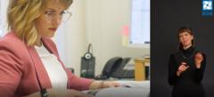 Bild zeigt eine Mitarbeiterin der Meldestelle bei ihrer Arbeit am Schreibtisch