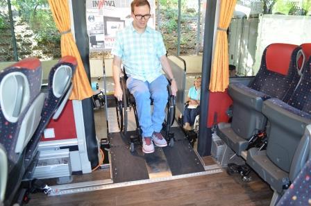 Bild zeigt einen Rollstuhlfahrer beim Einstieg in den Fernlinienbus über einen Hublift