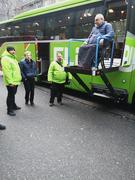 Bild zeigt Bernhard Endres auf dem Hublift eines Fernlinienbusses