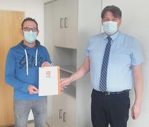 Bild zeigt Marco Volk und Dieter Gronbach von der Geschäftsstelle in Krautheim mit dem DZI Spendensiegel in der Hand