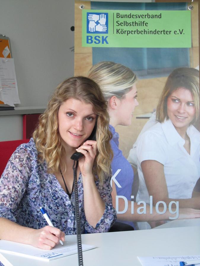 Bild zeigt blonde Frau am Telefonhörer