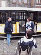 Bild zeigt eine Rollstuhlfahrerin vor der nicht barrierefreien Moselbahn