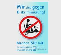 """Bild zeigt in Karikatur einen Scooter-Fahrer mit durchgestrichenem Symbol mit dem Text """"Wir sind gegen Diskriminierung. Machen Sie mit!"""""""
