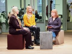 Bild zeigt Dunja Fuhrmann (vom Fachteam Bauen, BSK) mit Margit Glasow (Moderatorin) und Monika Holfeld (Diplom-Ingenieurin und freischaffende Architektin) im Studio von Alex TV