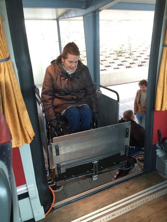 Bild zeigt Rollstuhlfahrerin im Lift beim Einstieg in den Fernlinienbus