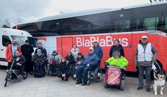 Bild zeigt die Teilnehmer/innen vor dem BlaBlaBus