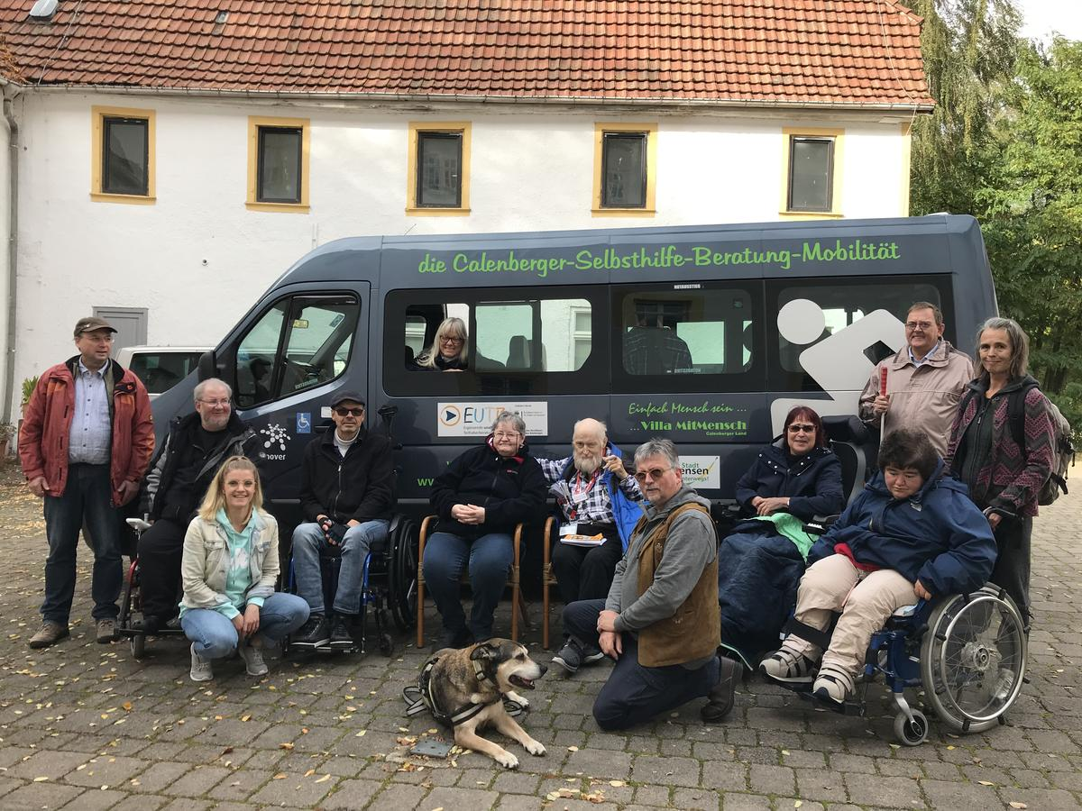 Bild zeigt die Teilnehmer/innen des Workshops vor einem Kleinbus